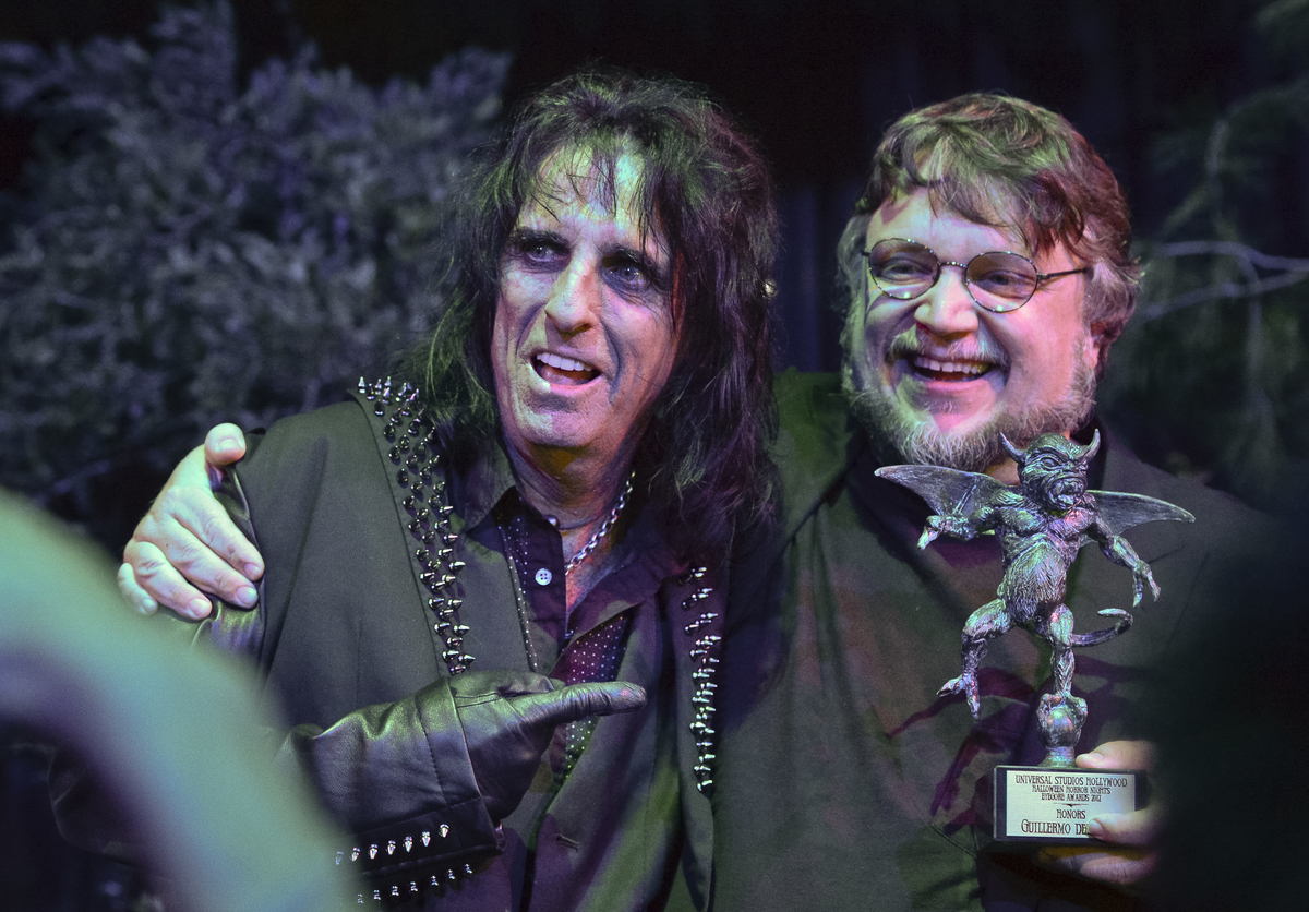 del Toro in 2012 with Alice Cooper, winning an Eyegore award (image: Eyegore Awards).