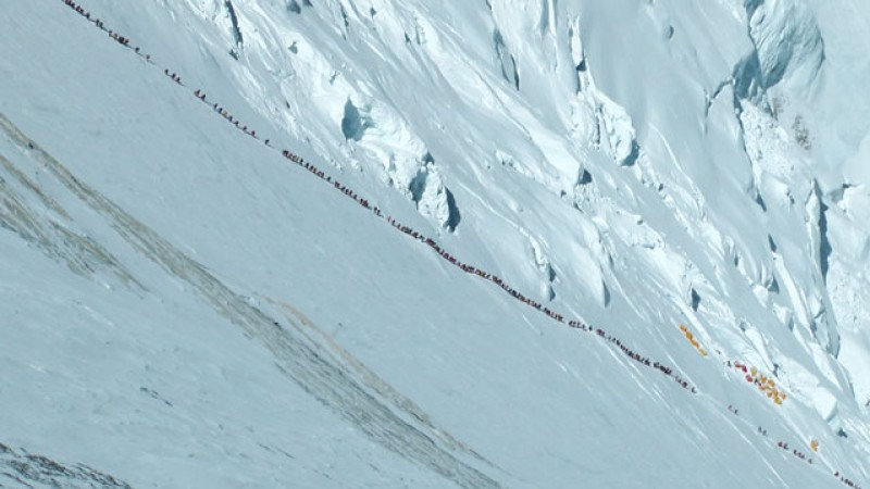 Long queue of climbers on Everets (imge: Ralf Dujmovits).